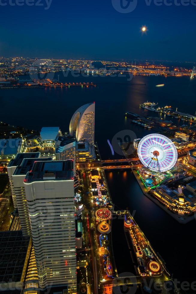 kanagawa, japón, 2020 - vista aérea de la ciudad por la noche foto