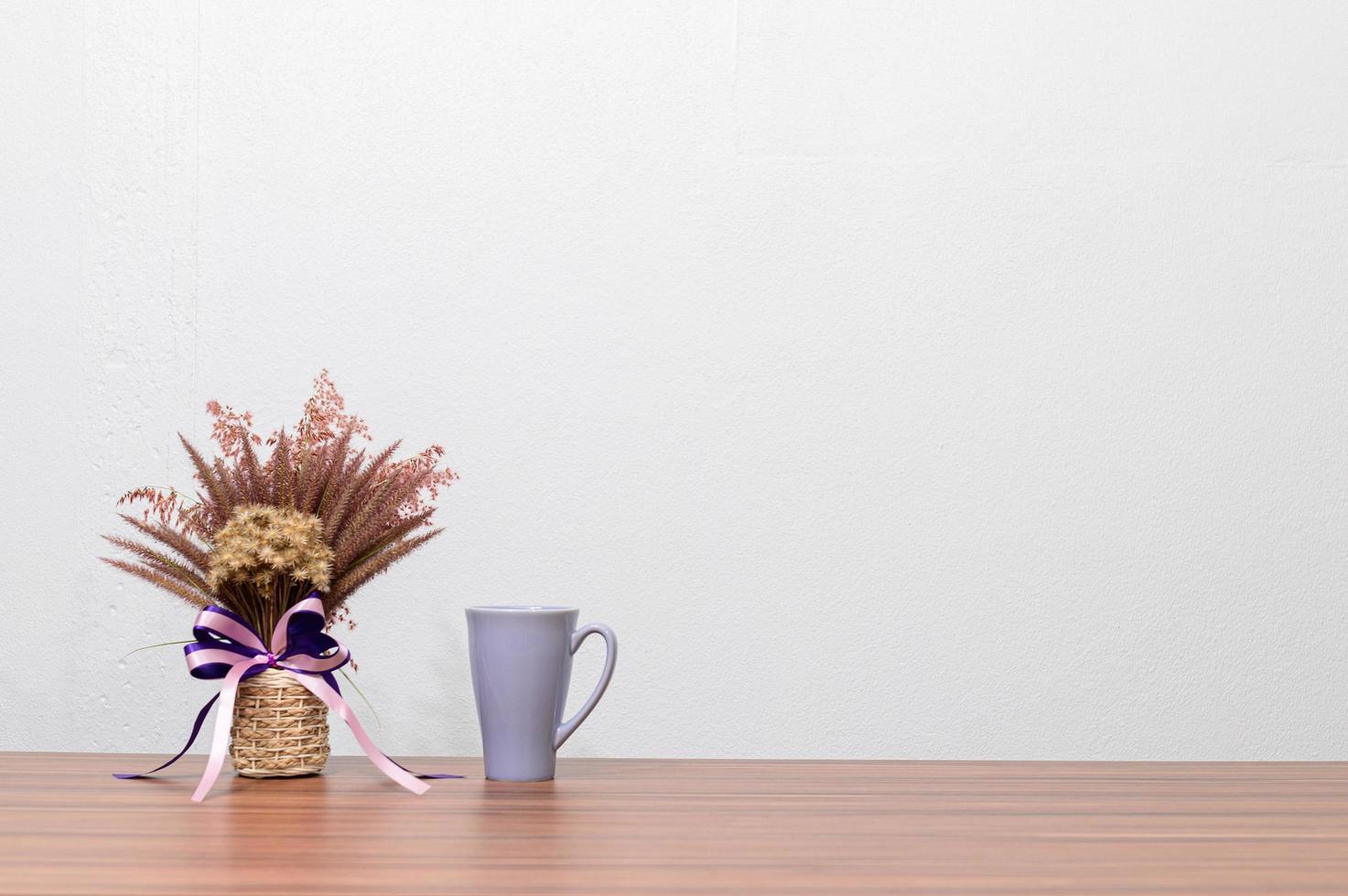 taza de café y flor en el escritorio foto