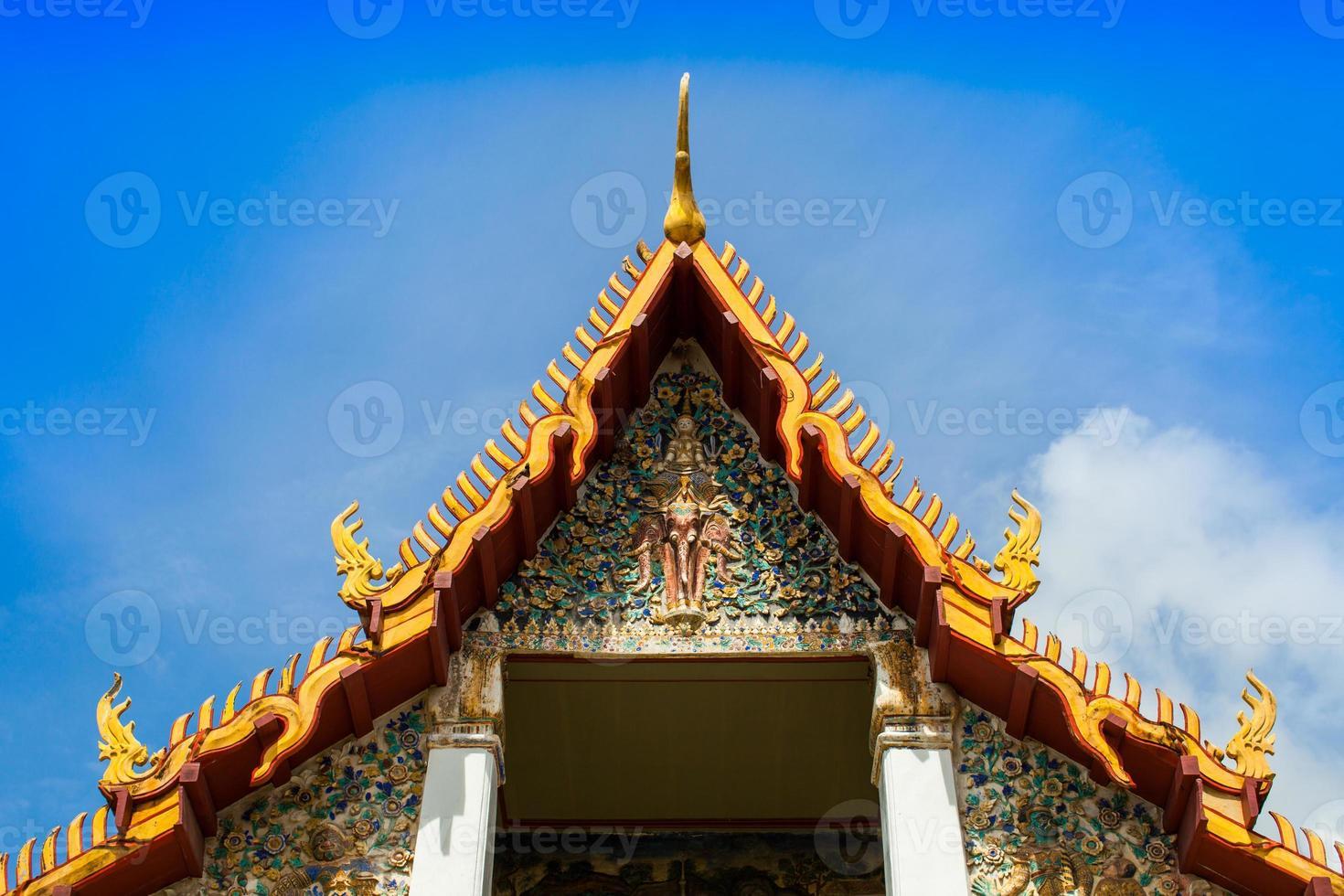 chachoengsao, tailandia, 2020 - obra de arte intrincada en el templo de wat hong thong foto