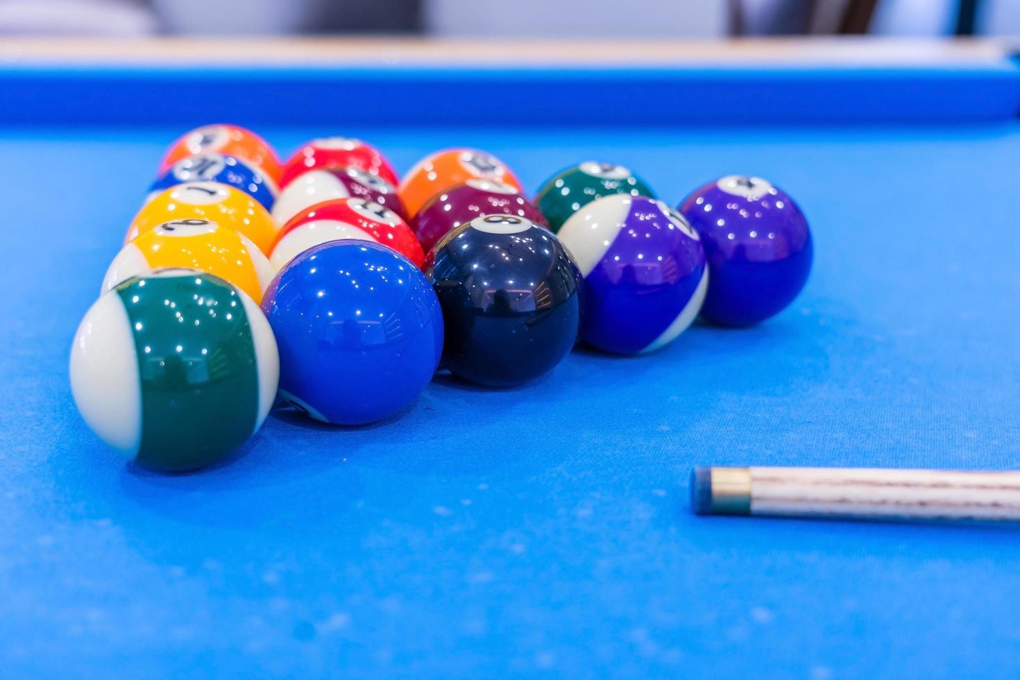 bolas de billar en mesa azul foto