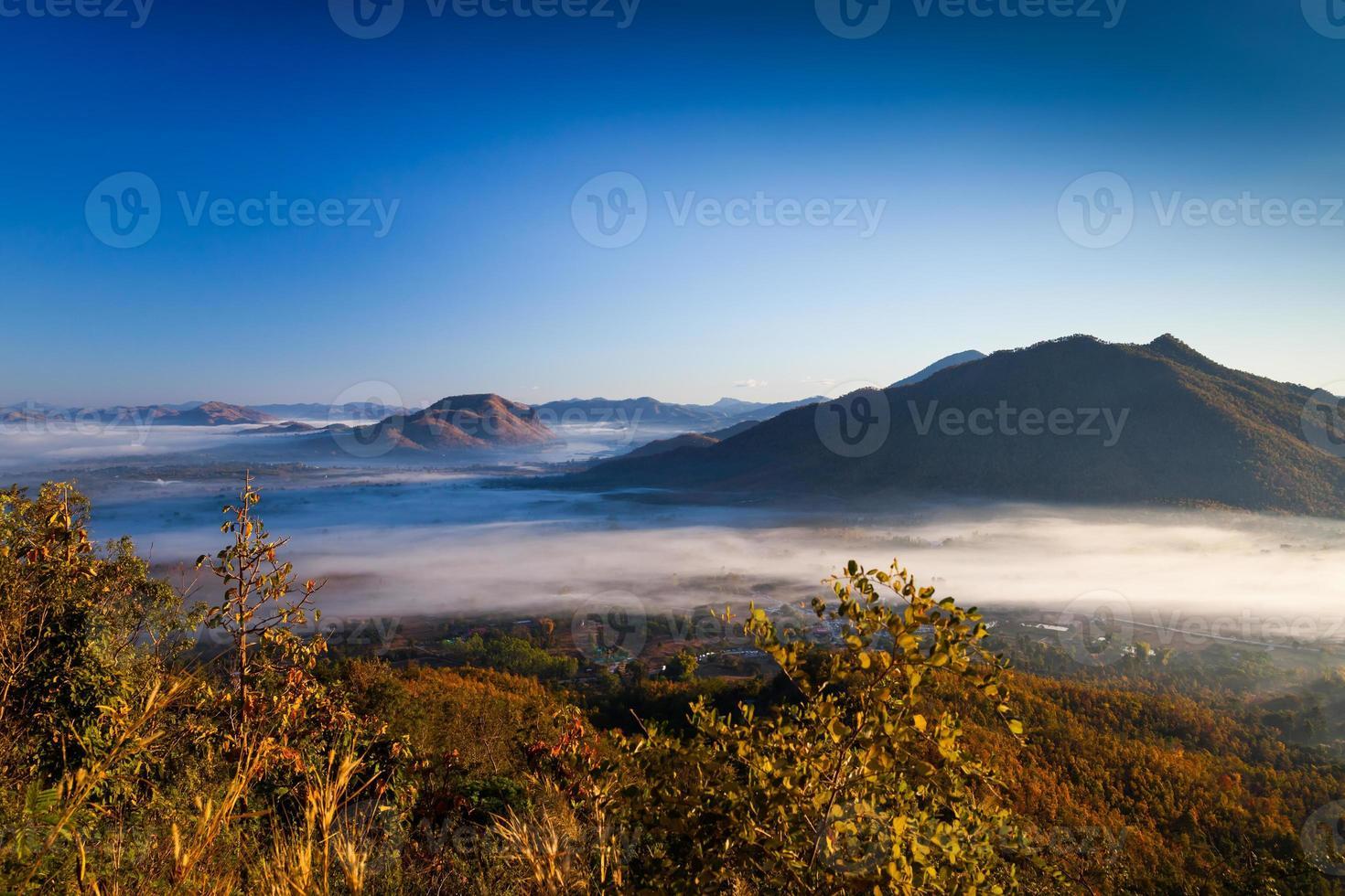 amanecer sobre las montañas con niebla foto