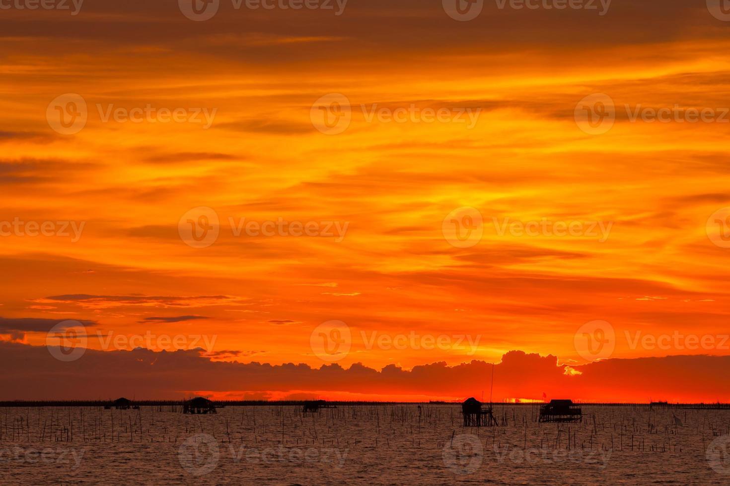 cielo anaranjado brillante al atardecer foto