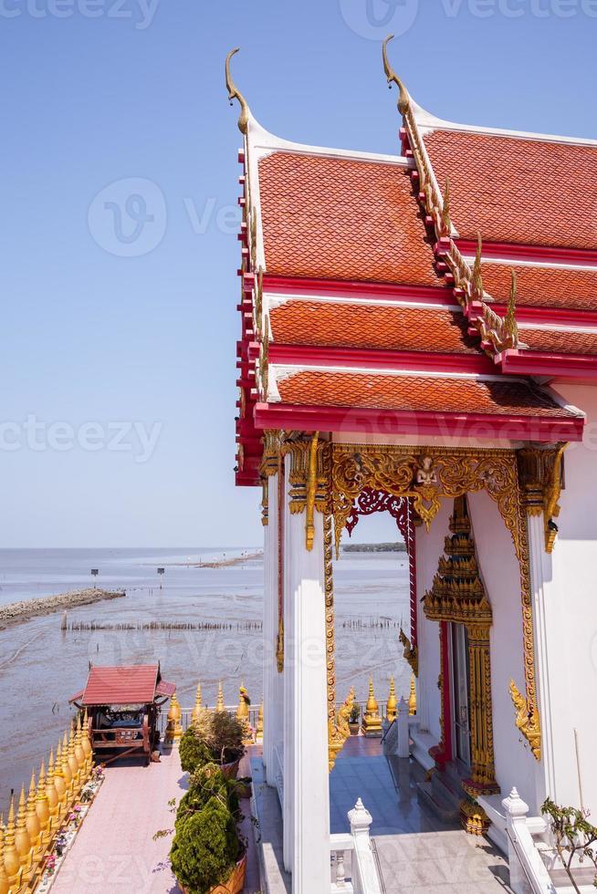 chachoengsao, tailandia, 2020 - templo wat hong thong cerca del agua foto