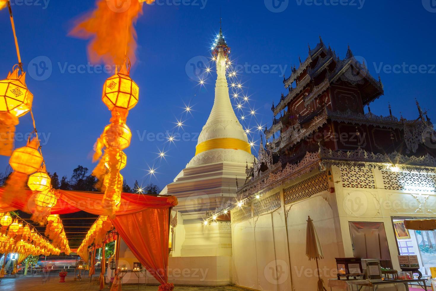 provincia de shanxi, china, 2020 - la gran pagoda blanca decorada con luces foto