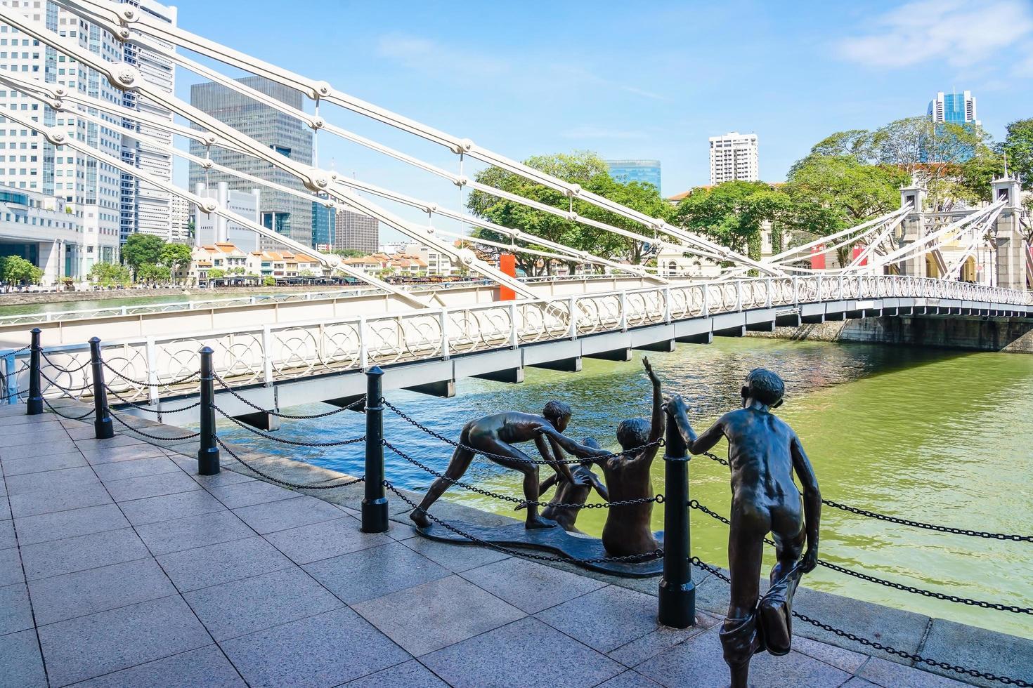 Puente Cavenagh sobre el río Singapur en Singapur foto