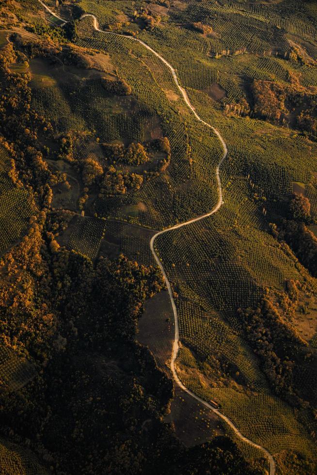 carretera verde montañosa, vista aérea foto