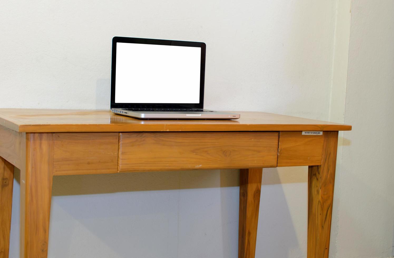 computadora en la mesa foto