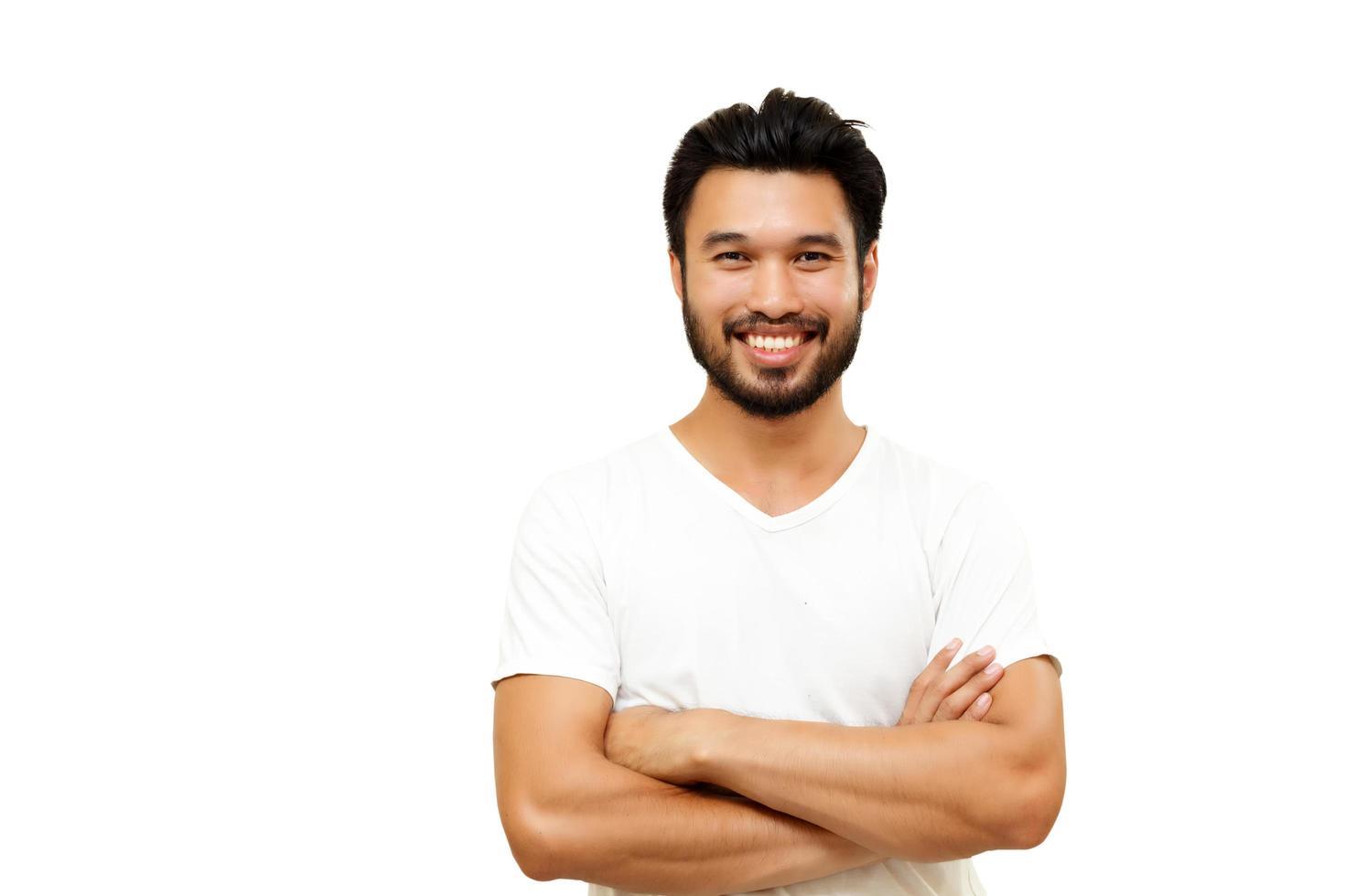 Hombre guapo asiático con bigote sonriendo sobre fondo blanco. foto
