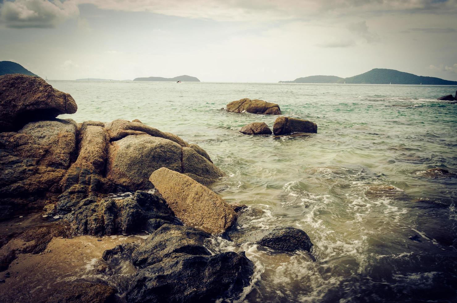 rocas en el mar en phuket, tailandia foto
