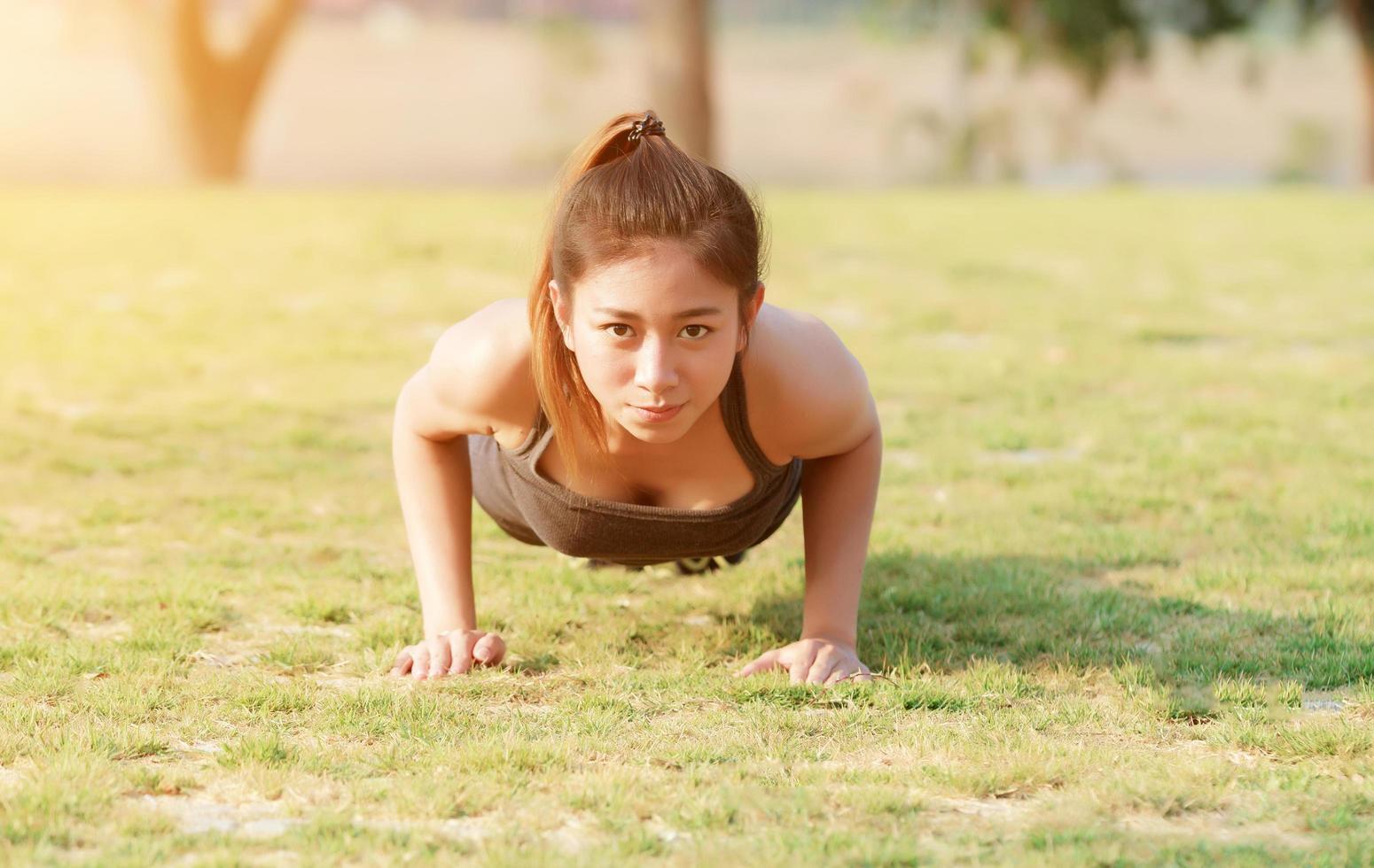 mujer atlética, hacer, flexiones foto