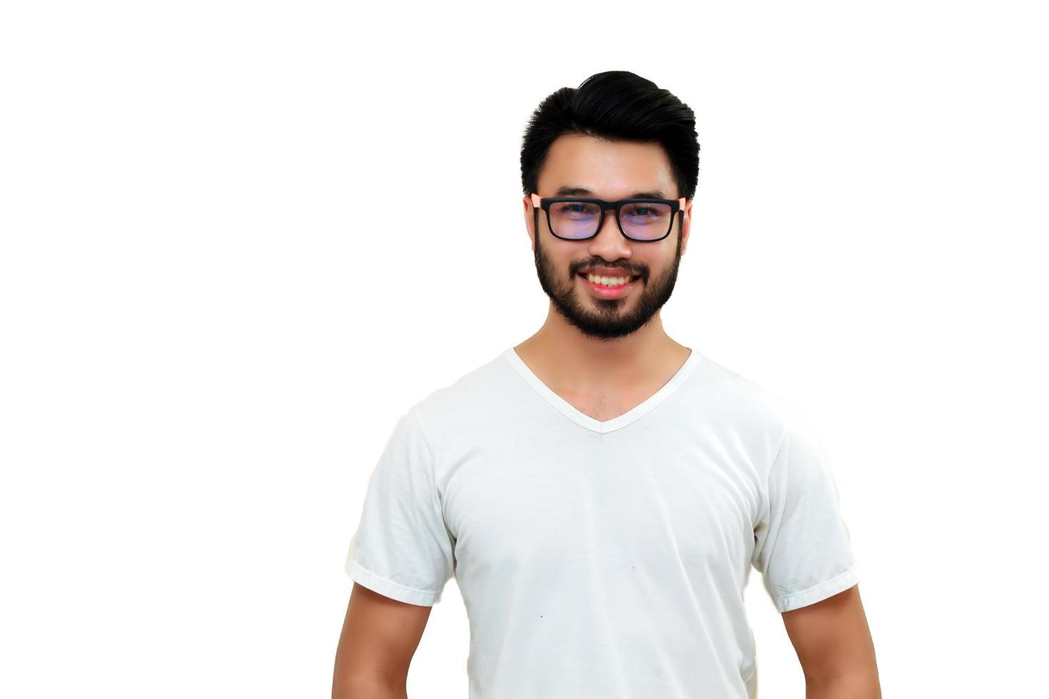 Hombre asiático sonriendo aislado sobre fondo blanco. foto