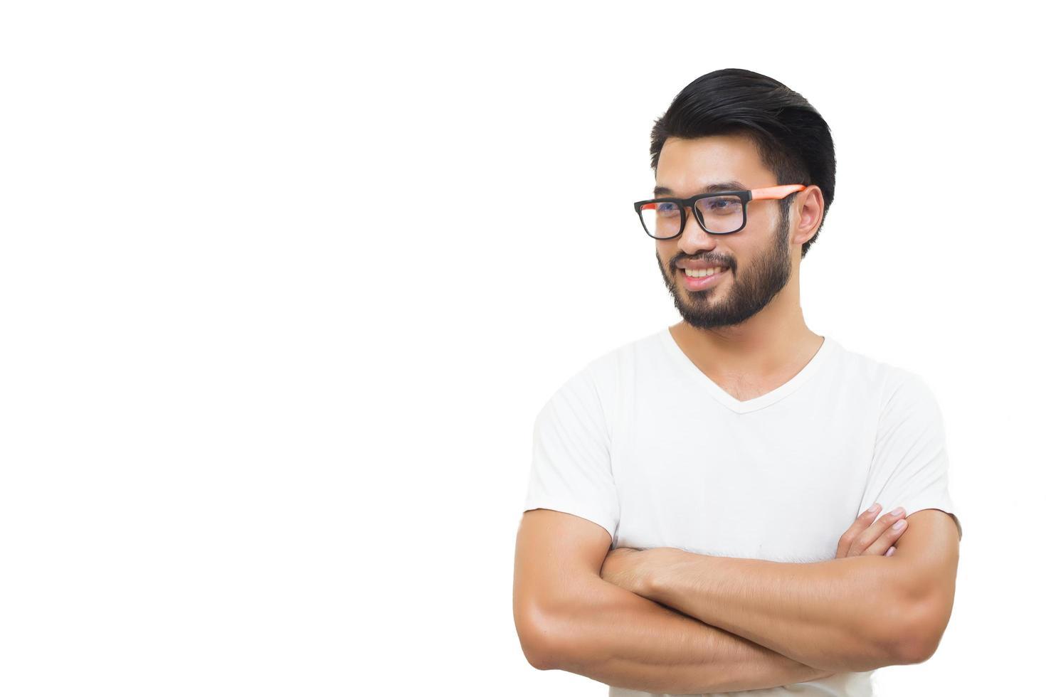 Hombre guapo asiático sonriendo y riendo sobre fondo blanco. foto