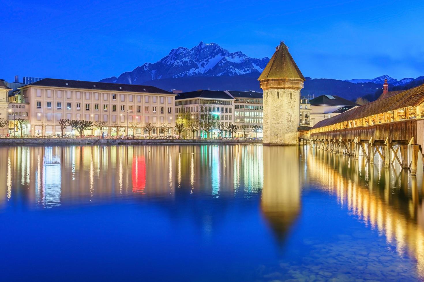 Centro de la ciudad de Lucerna con el puente de la capilla y el lago de Lucerna, Suiza foto