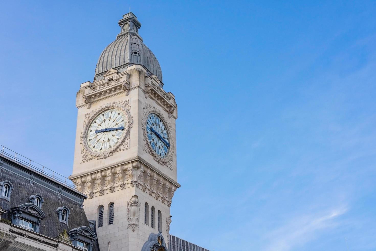 Torre del reloj de la estación Gare de Lyon en París, Francia foto