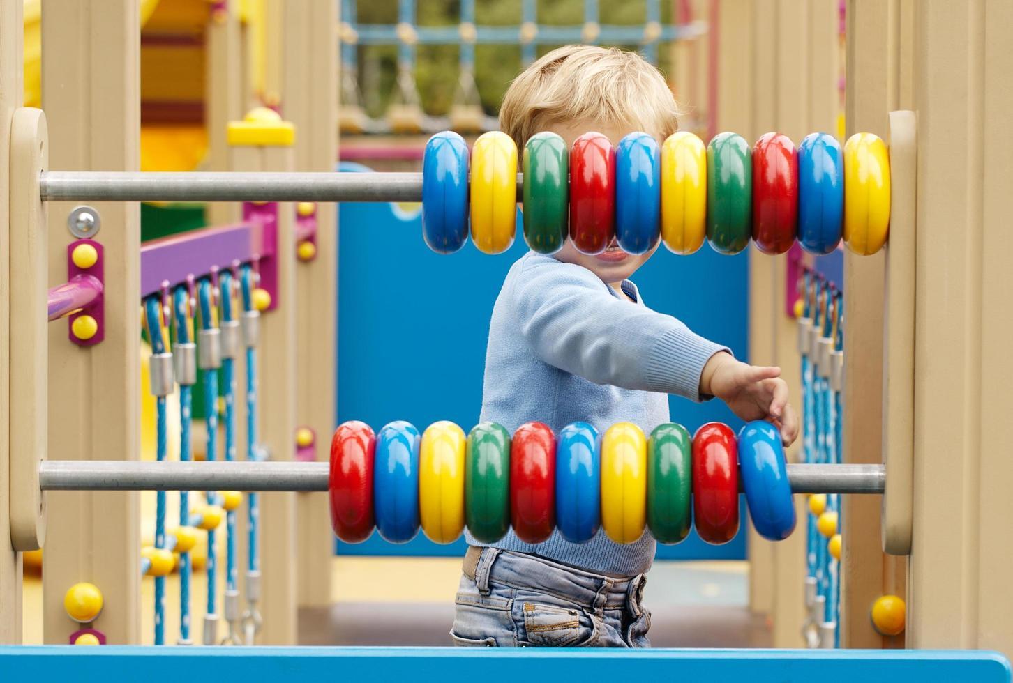 niño jugando con juguetes de madera foto