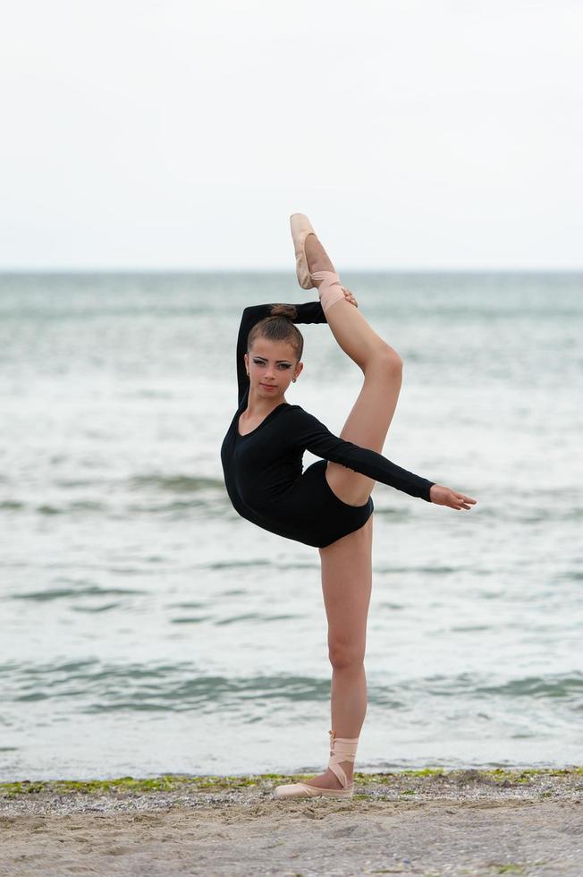 niña, gimnasta, en, negro, en, un, playa foto