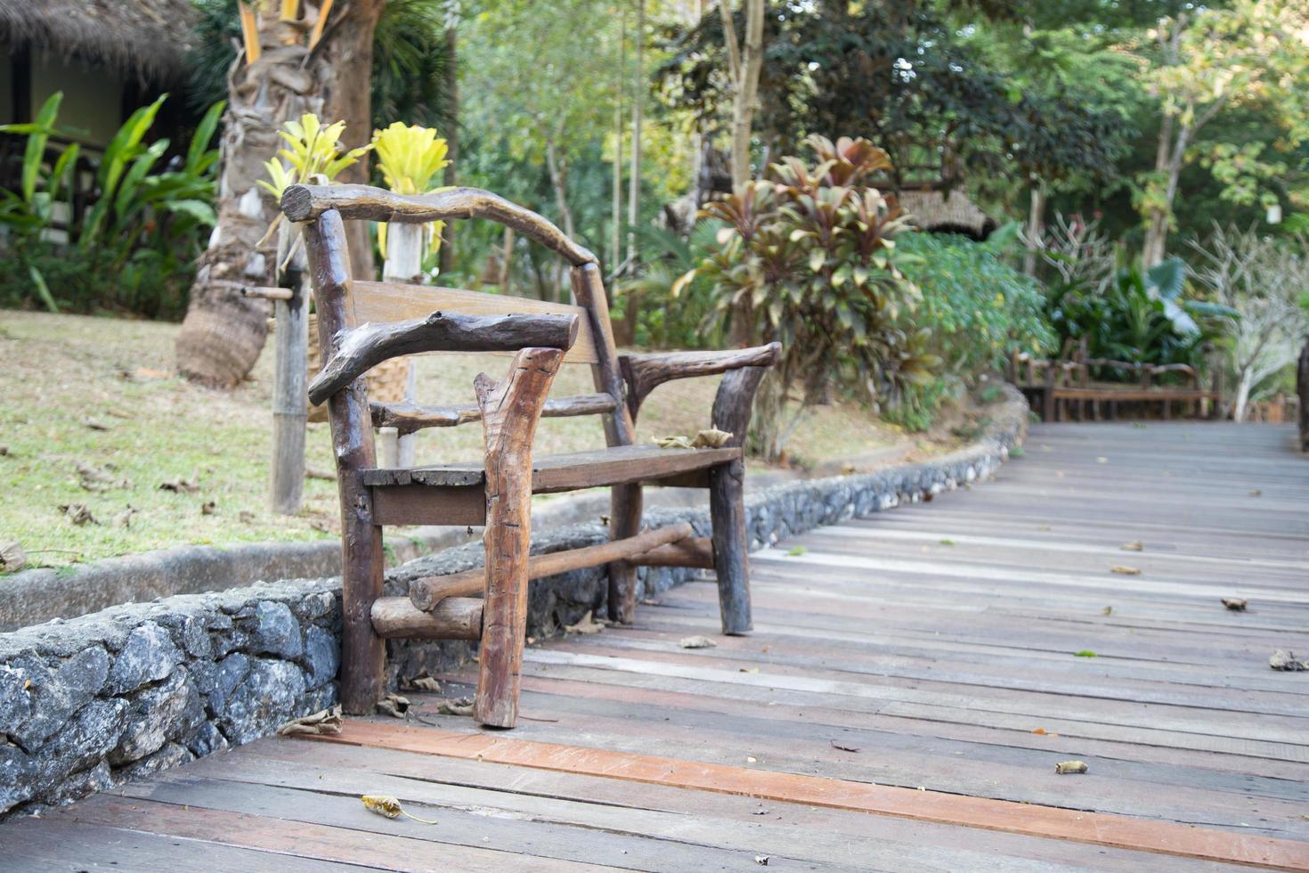 banco de madera en el parque foto
