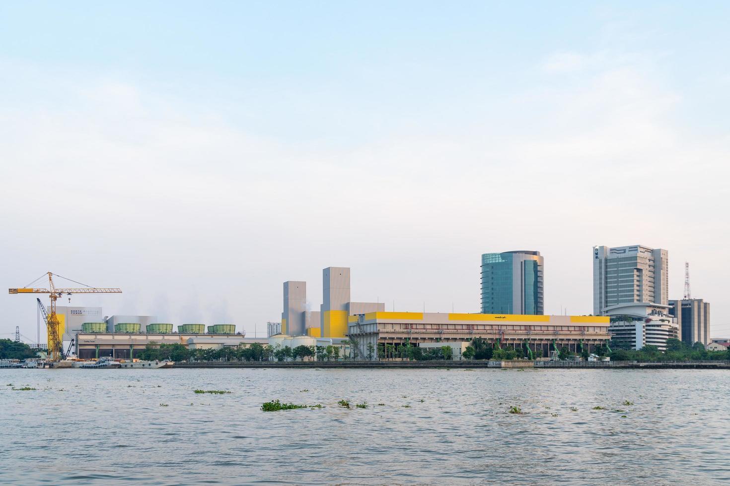 planta de energía en la ciudad de bangkok foto