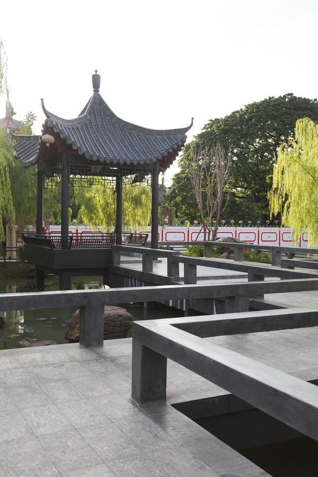 pabellón de estilo chino en el parque foto