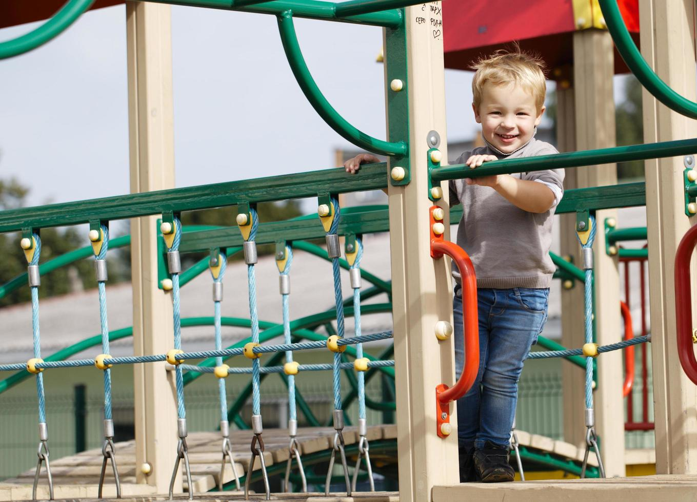 niño jugando en el equipo del patio foto