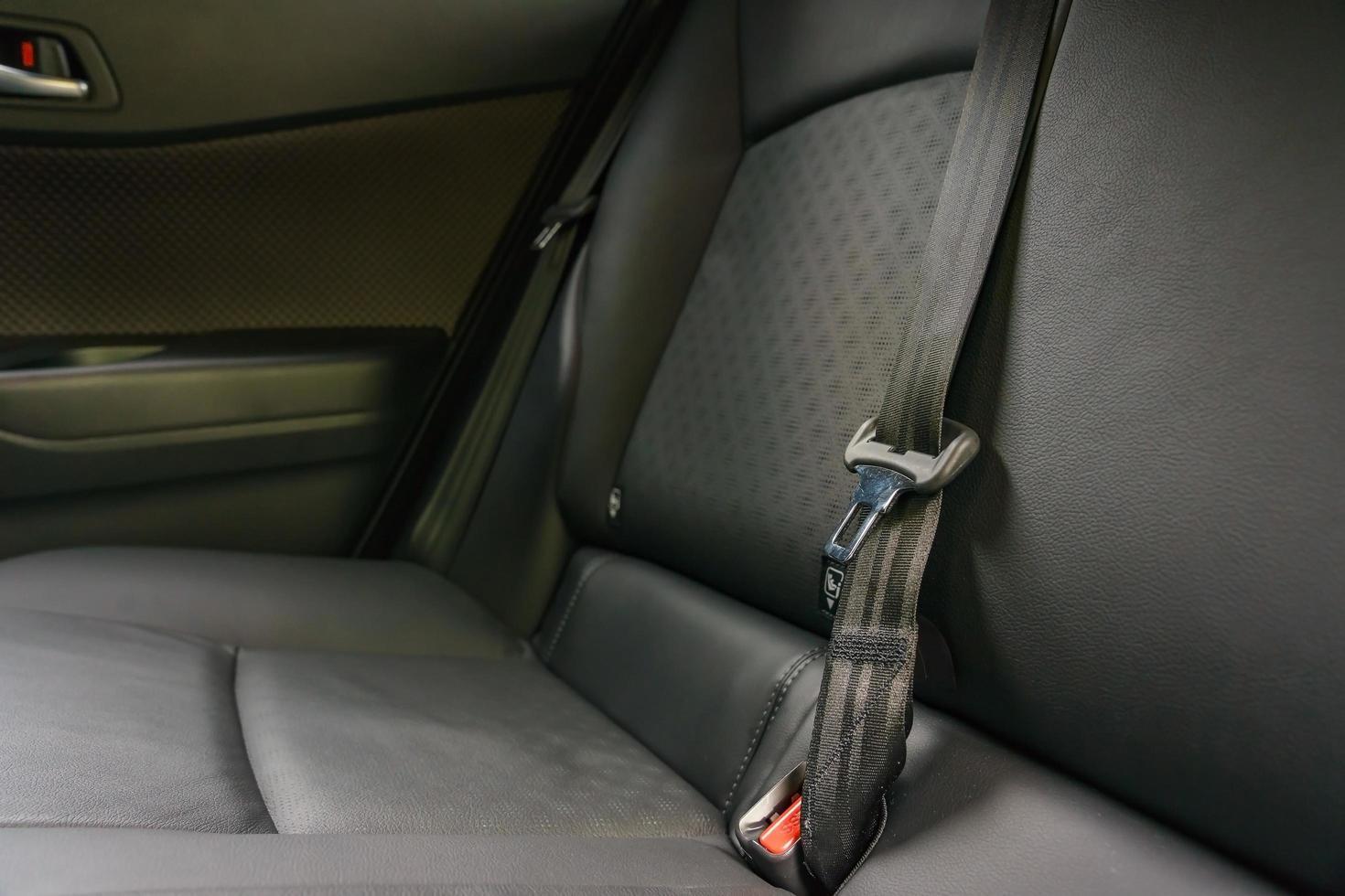 Interior del coche moderno, asientos traseros con cinturones de seguridad. foto