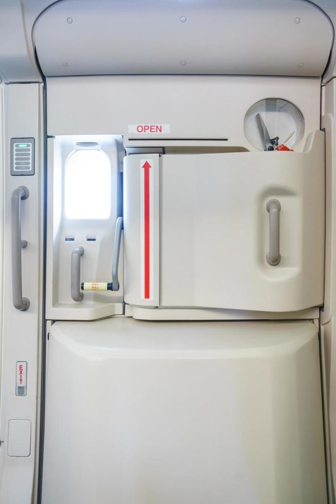 salida de emergencia en un avión foto