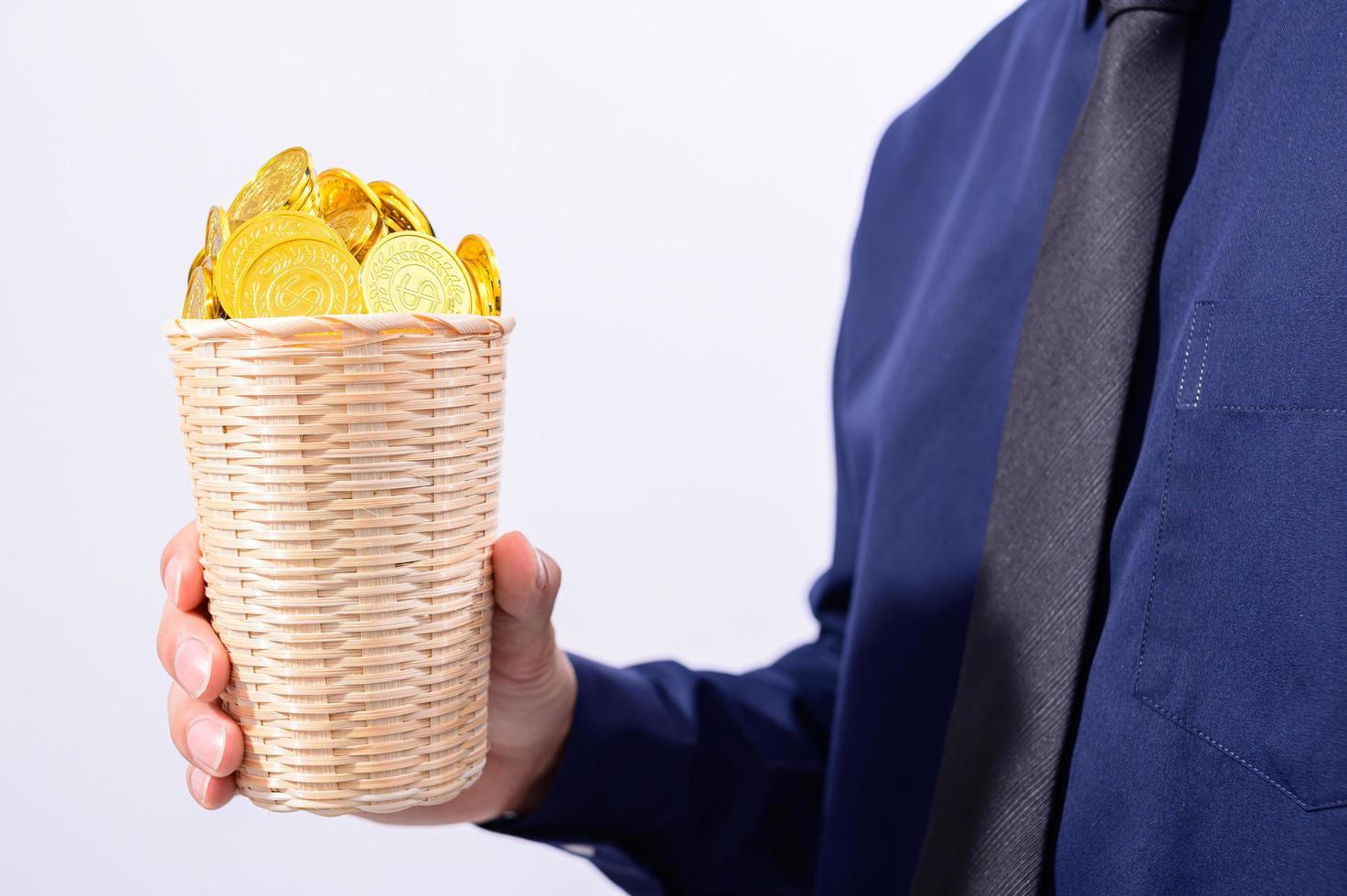 mano sosteniendo una canasta llena de monedas foto