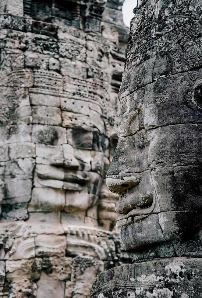 Caras de piedra antigua en el templo de Bayon, Angkor Wat, Siam Reap, Camboya foto