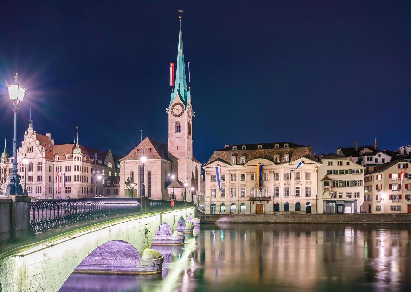Vista del casco antiguo de Grossmunster y Zurich, Suiza foto