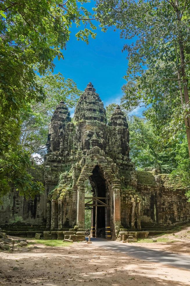 Puerta norte del complejo de Angkor Thom cerca de Siem Reap, Camboya foto