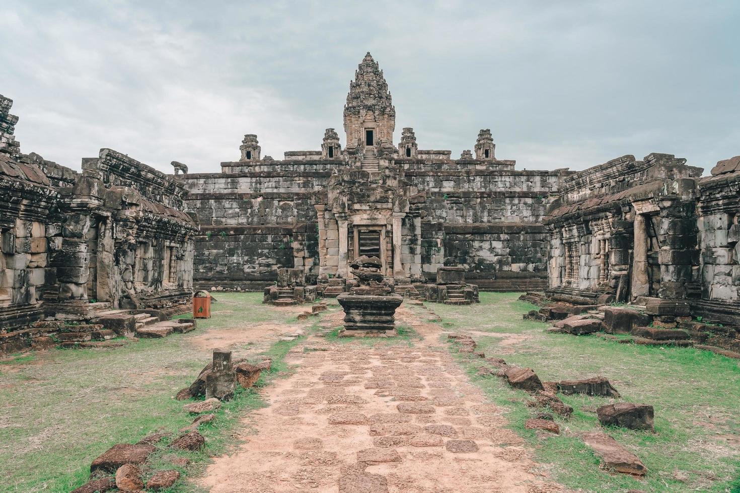 Templo de Bakong Prasat en el complejo de Angkor Wat, Siem Reap, Camboya foto