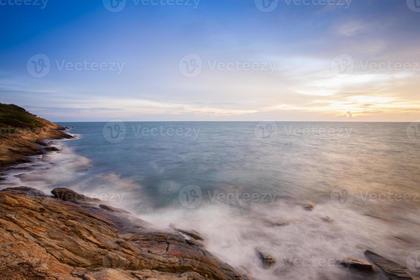 larga exposición de las olas del mar al atardecer foto