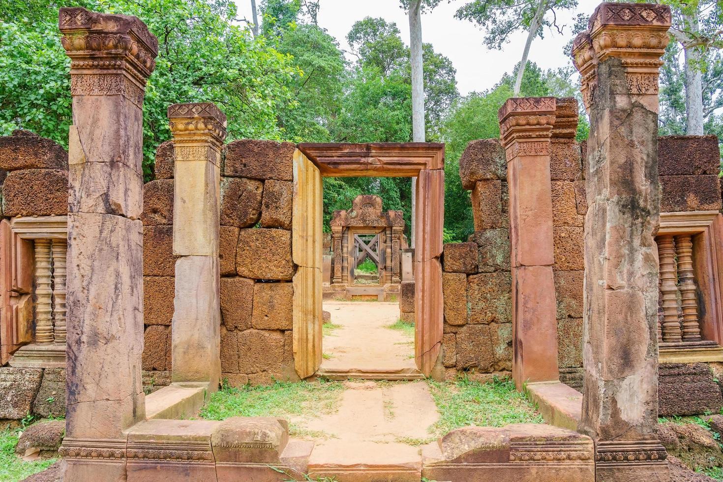 Templo de Banteay Srei dedicado a Shiva, en la jungla de Angkor, Camboya. foto
