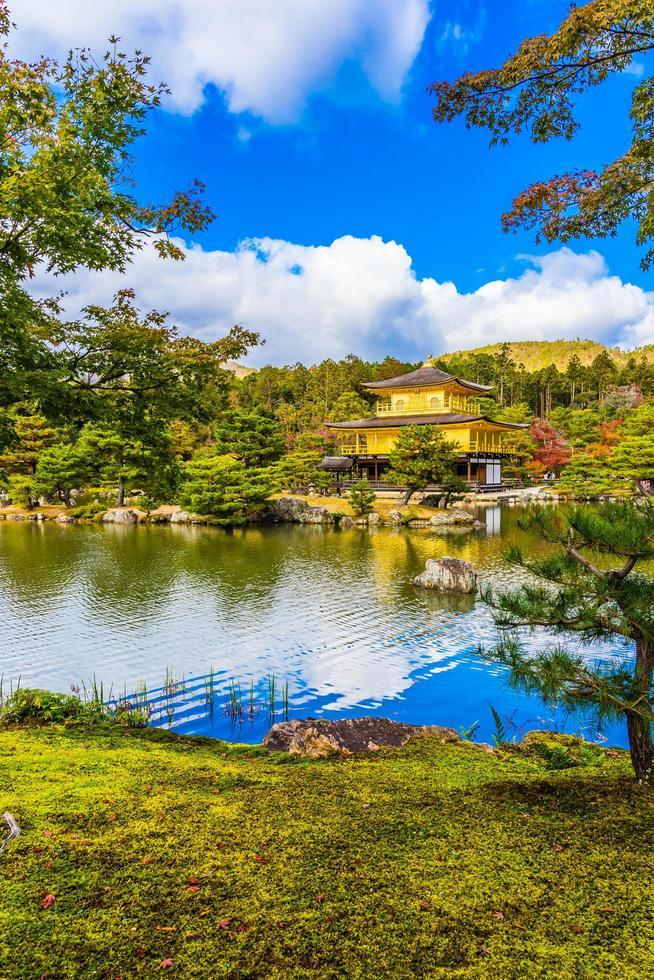 templo kinkakuji o el pabellón dorado en kyoto, japón foto