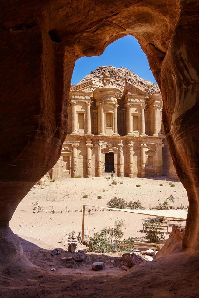 Vista desde una cueva del monasterio ad deir, en la antigua ciudad de Petra, Jordania foto