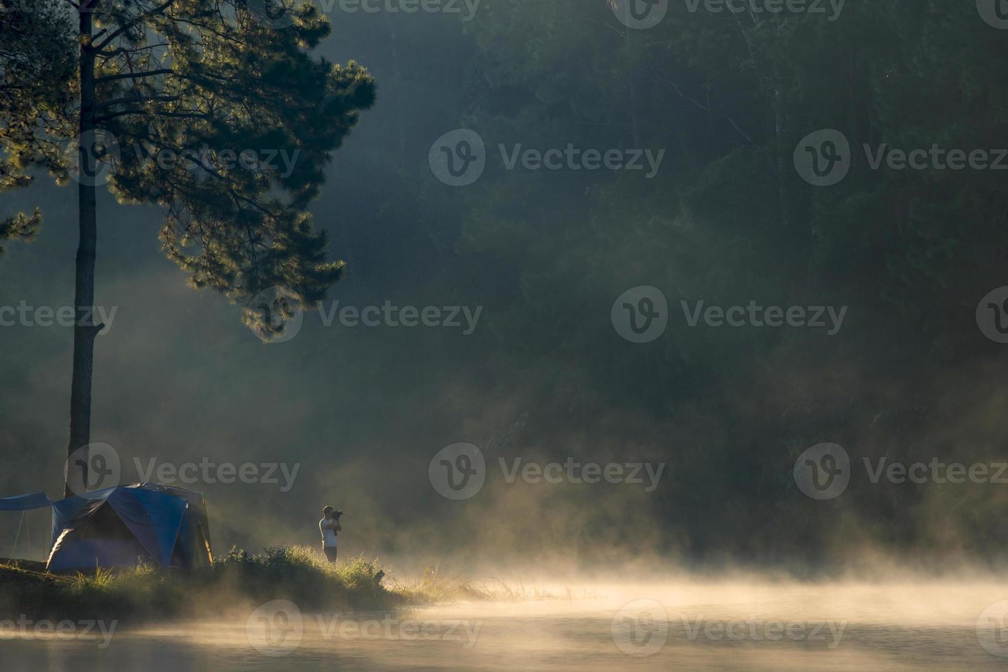 hombre con cámara está disparando en el lago pang ung foto