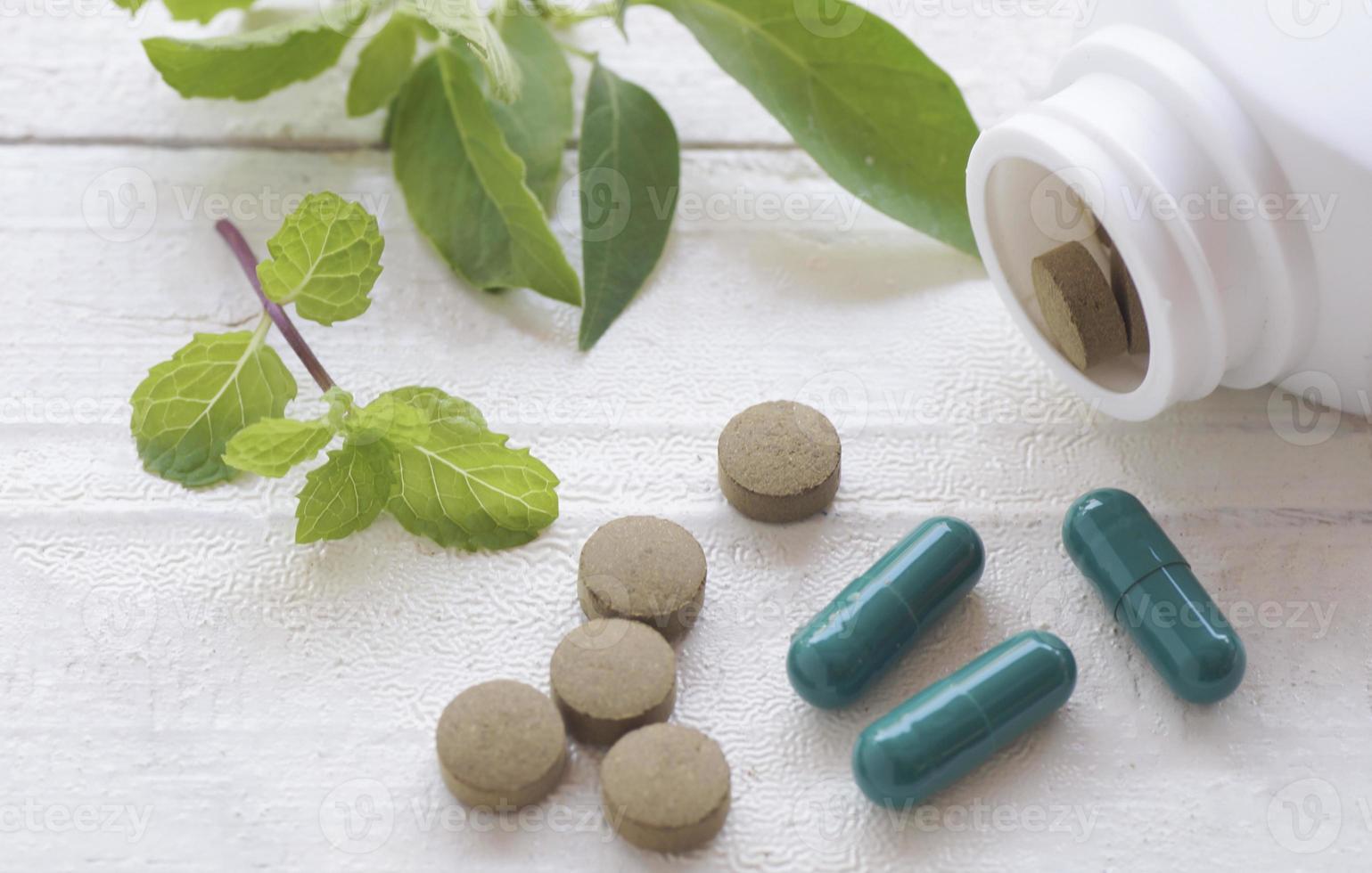 pastillas de hierbas en la vista superior foto