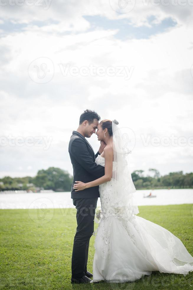 bonita novia y guapo novio publicación magnífica en la naturaleza foto