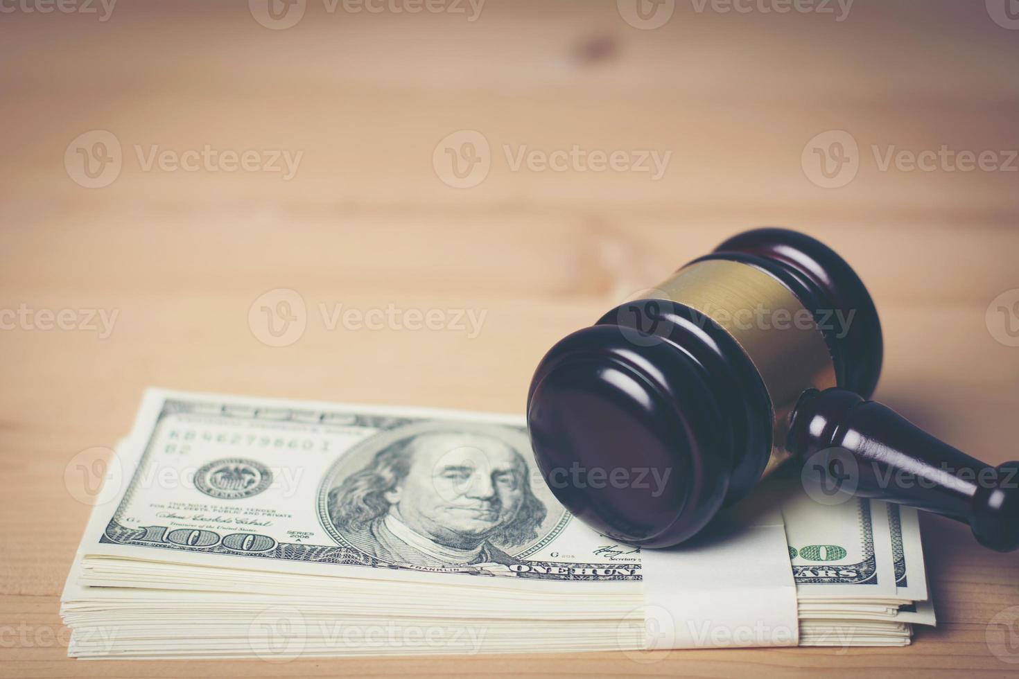 concepto de martillo de la corte legal en efectivo surtido, primer plano foto