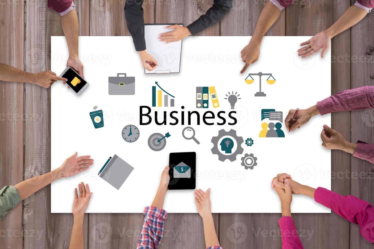 Vista superior de la reunión y discusión del equipo empresarial con ideas y diseño de iconos creativos foto