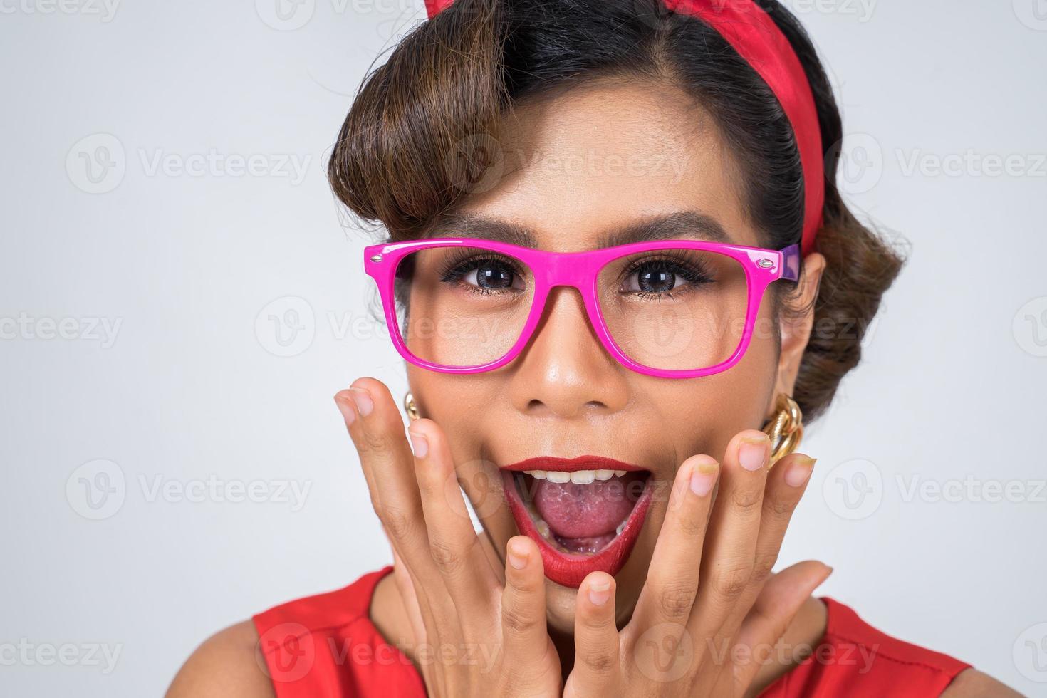Retrato de una mujer de moda con gafas de sol rosas foto