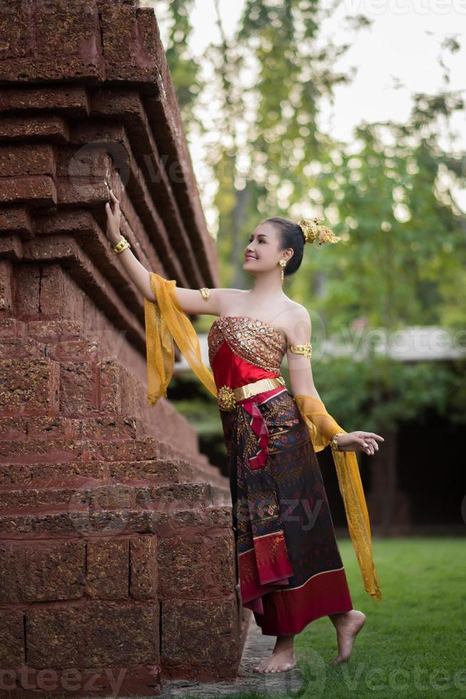 Bella mujer con un vestido típico tailandés foto