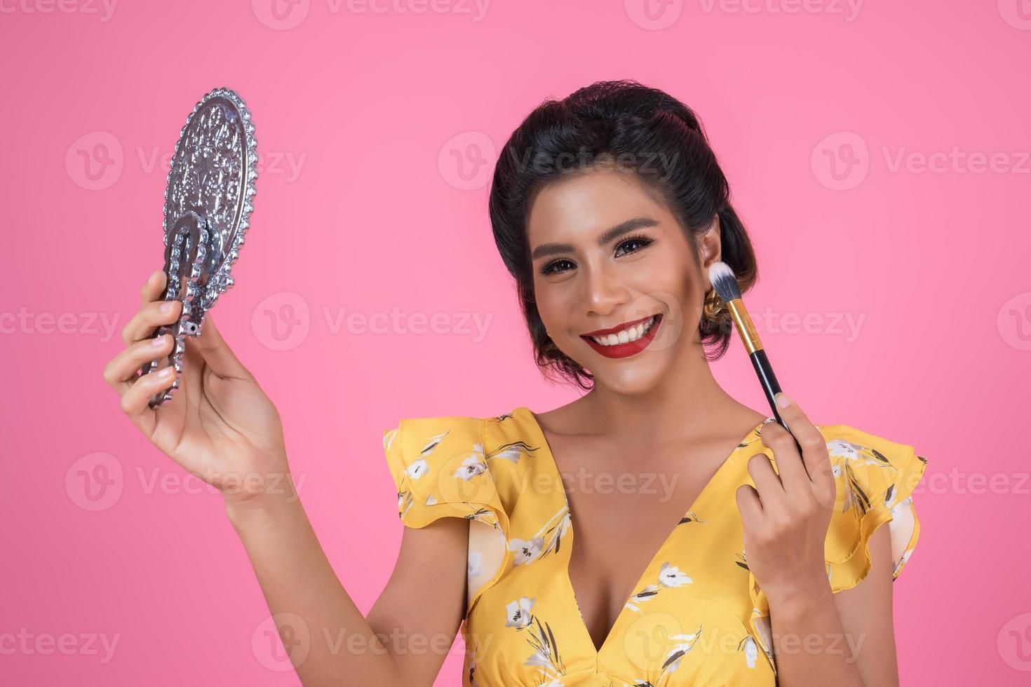 mujer de moda con maquillaje y espejo foto