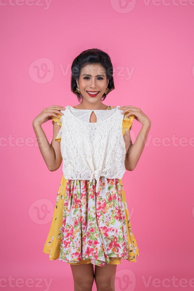 Bella mujer probándose un vestido para una fiesta foto