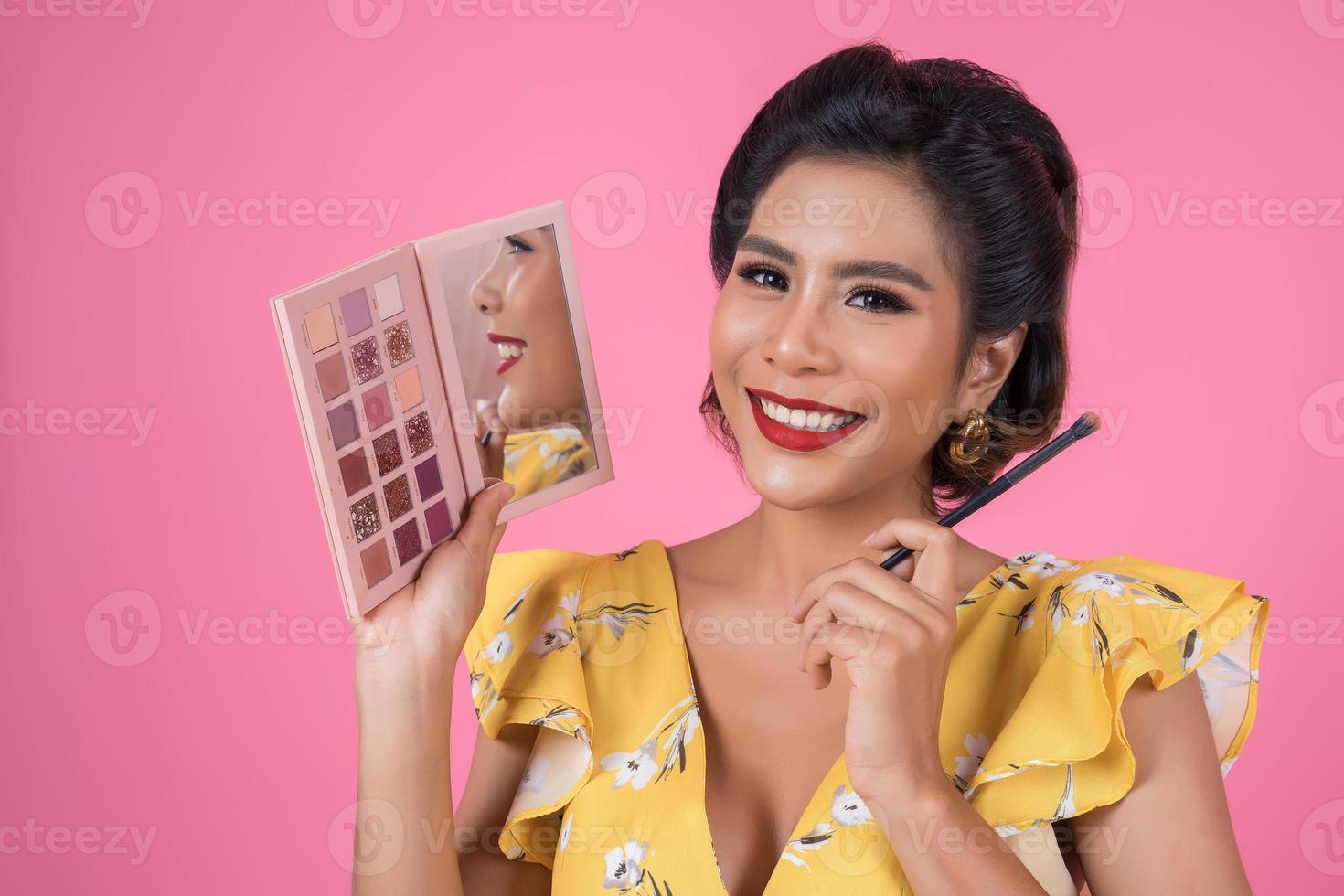 retrato, de, un, mujer, con, maquillaje, y, cosmético, cepillo foto