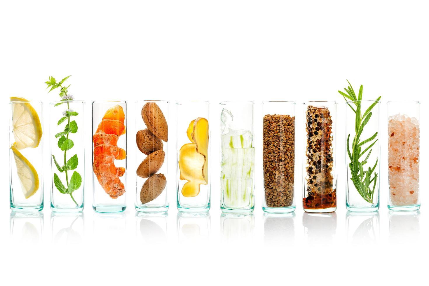 ingredientes naturales en frascos de vidrio foto