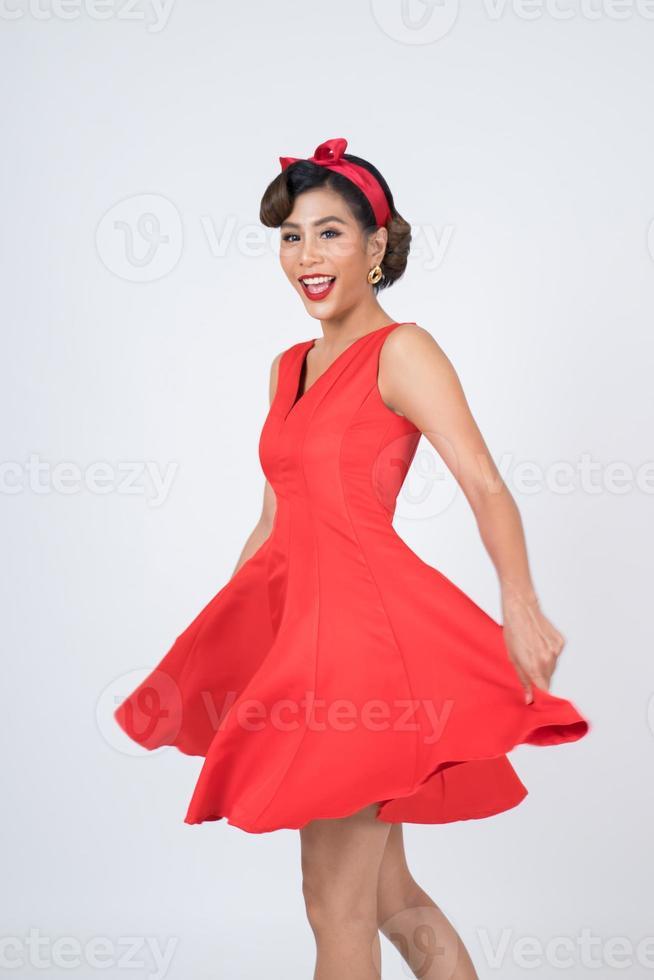 hermosa mujer con un vestido rojo en el estudio foto
