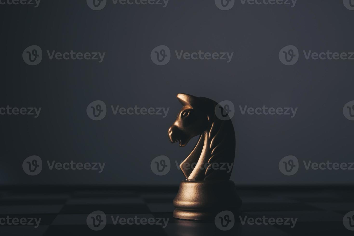 juego de ajedrez aislado sobre fondo negro foto