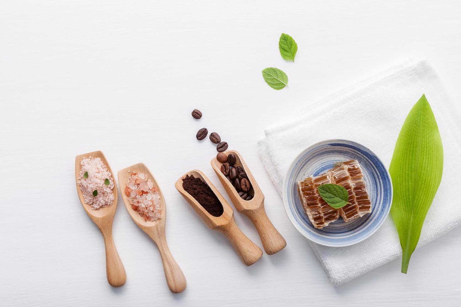 productos de cuidado de la piel a base de hierbas naturales en blanco foto