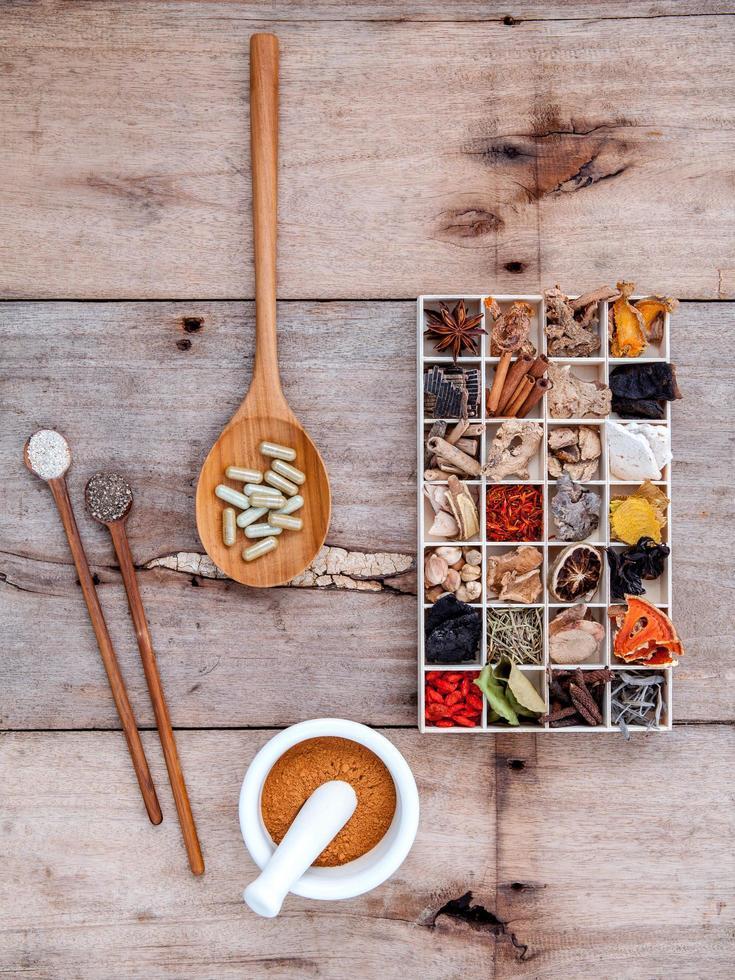 Hierbas alternativas para el cuidado de la salud en una caja de madera. foto